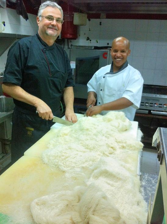 השף בני והסו שף עובדים על שערות קדאיף. צילום: הפיה השחורה