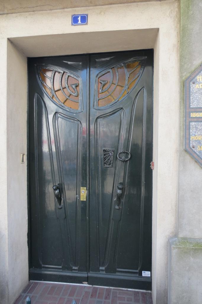 פריז במונמרטה ליד מוזיאון בו מציגים עכשיו את דאלי